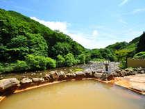 【露天風呂】男湯露天風呂。雄大な緑と川を眺めながら自然との一体感を味わえます。
