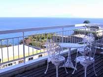 【潮風の気持ちいい海一望のテラス】晴れた日には伊豆大島も望むこともできます