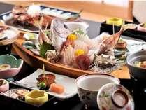 【夕食一例】金目鯛の姿煮や舟盛りなどの伊豆の旅館ならではのお料理をお部屋にて。