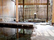 【露天風呂】東屋風の広々とした露天風呂でゆっくり身体を温めてください。