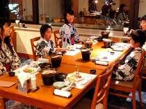 夕食会場の一例。