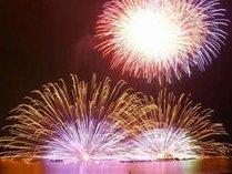 諏訪湖花火の醍醐味~Kiss Of Fire~桟敷席からこれを見ると視界に入り切らない♪