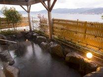 諏訪湖を望む露天風呂。信州の四季を眺めながら湯に浸かる。風が気持ち良い『水華の湯』露天風呂より