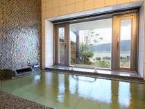 かけ流しの貸切風呂は諏訪湖を眺むことができます。『りんご』『あんず』50分1500円