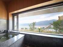 貸切風呂から諏訪湖を眺む