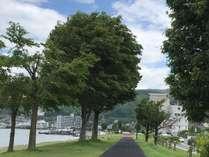 湖畔は目の前。諏訪湖畔にはジョギングロードが整備されています♪