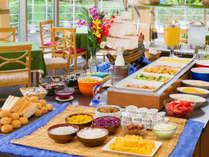 ■大きな窓から朝の爽やかな光が差し込む開放的なレストランでのバランスのとれた和洋バイキング朝食■