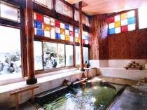 色ガラスを透かした朝陽が温泉に映って美しい、自家源泉かけ流し100%天然温泉