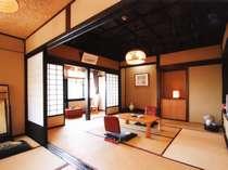 本館3階「妙高」窓が大きく開放的な角部屋。大正の格天井などの造りをそのまま残し、クラシックな雰囲気
