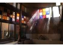 湯けむりと色光に包まれる浴場