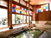 湯船には、自然湧出する新鮮な自家源泉をかけ流し。本物の天然温泉をじっくりとお愉しみください。