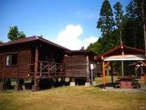 6名用コテージと外付けの屋根付きBBQ炉