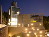 <夜の外観>建築家の安藤忠雄氏がデザインした建物