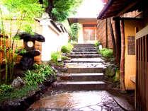 【外観(入口)】「市中の山居」と呼ばれる畑中で京情緒と静寂を感じていただけます。
