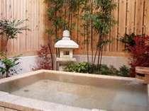 灯篭が際立つライト色の天然温泉露店風呂
