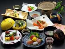 因幡地方の山海の幸を中心にした会席料理です。季節により内容が変わります。