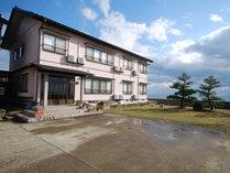 【外観】飯田湾目の前に佇むオーシャンビューの民宿です。