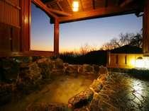 大自然に囲まれた露天風呂は貸切で。海と夕陽を一望できます。