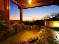 貸切露天岩風呂。貸切で二人きりの時間を。