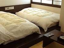 シモンズ社製ベッドと琉球畳を設えたモノトーン調和洋室