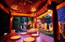 お庭にはバリ風バレ(あずまや)夏には外でお食事も。