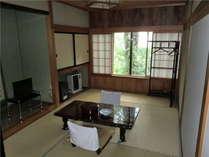 良質な木材を使用した和室のお部屋で、ゆったりと御くつろぎください。