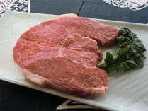 栄弥スペシャルステーキのお写真です。1枚500g以上の特大サイズです!