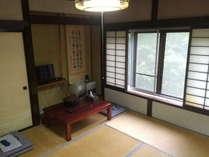 昭和37年に建てられた、旧館の和室です。低価格にてご提供しています。