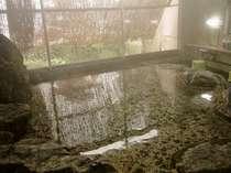 レトロな岩風呂(内湯)。 源泉100%掛け流しの湯を堪能!