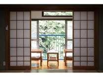和室10畳の落ち着いた客室。お部屋からは山や川が眺められます。
