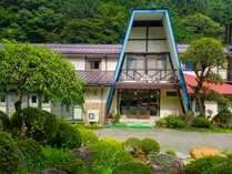 大月駅から15分。美しい真木川沿いの山荘です。広大な遊び場へようこそ!