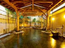 ★【柿の湯・露天】自噴源泉を直接配管し真の源泉かけ流しを実現!湯船の周りには源泉の川が流れています。
