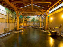 【柿の湯・露天】浴槽からドバドバと溢れ出る源泉は圧巻!目で肌で源泉かけ流しの醍醐味を堪能出来ます。