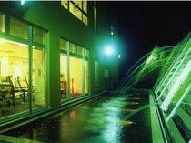 ロビーラウンジの外は鯉の池と噴水。水の音色と流れる音楽が絶妙な雰囲気♪