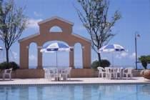 夏をイメージさせる、開放的な屋外プール