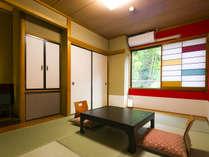 6畳の小さなお部屋。こじんまりとしたお部屋ですが、障子がカラフルで女性に人気♪