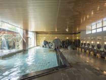 すっきり広々とした作りの大浴場は、喜多八三代目のこだわりもあって湯量たっぷり。