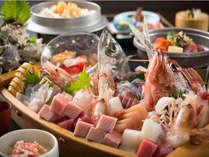 ご夕食舟盛の一例(写真は4人前です♪)。ご家族やグループで盛り上がること間違いなし!