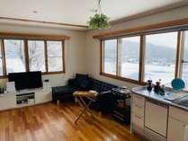 【1階キッチン兼リビングルームです】大きな窓から景色が一望できます♪