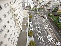 平面駐車場。普通乗用車サイズ約130台駐車可能。