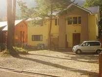 2007年新築の建物外観です。林の中にある小さなペンション。