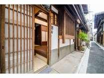 寺の板塀が誘う路地を進むと、純白の漆喰を纏った「京花庵」がございます。