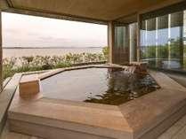2階温泉浴場。一面の窓を開放できます。目の前には、霞ケ浦。男女交代制です。