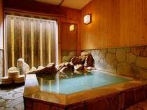 窓開放式の露天風呂。14時より50分間の貸切となります。14時までは男女別の露天風呂としてご利用ください。