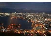 夜の函館山、ダイヤモンドを散りばめたような夜景です