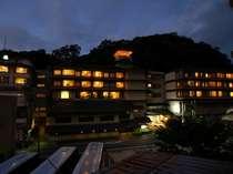 夜中に浮かぶ幻想的な外観です。昔ながらの旅館のおもてなしが味わえる宿です。