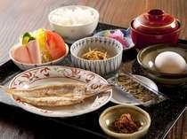 たっぷり豊かな朝食(氷見産干物・氷見米と味噌汁・野菜サラダ・女将の手作り惣菜・定番の卵と海苔)