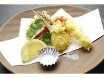 松葉カニの天ぷらサクッとした触感とカニの甘みが楽しめます。