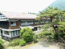 【外観】約築100年の木造2階建ての古民家です。