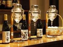 夕食前に利き酒コーナーにて地酒の試飲サービスをしております。